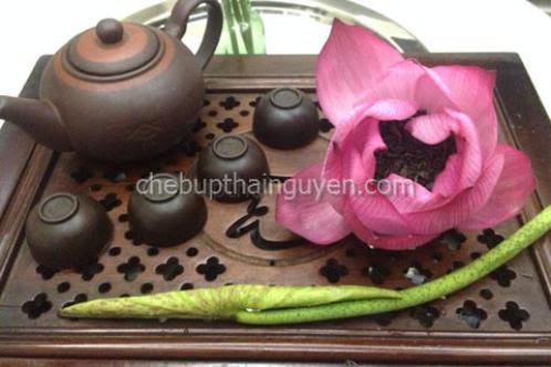 Thưởng trà sen hòa mình vào thiên nhiên