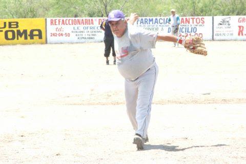Arturo Flores de Avilones en el softbol del Club Sertoma.