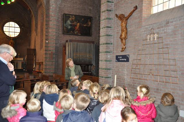 Kleuters bezoeken Martinuskerk - DSC_0034.JPG