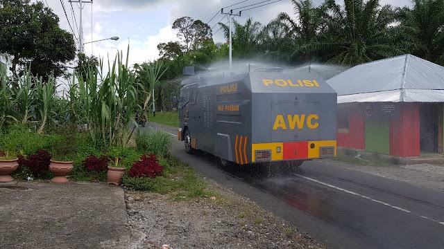 Cegah Penyebaran Virus Corona, Polres Pasbar Semprotkan Disinfektan dengan Mobil Water Canon