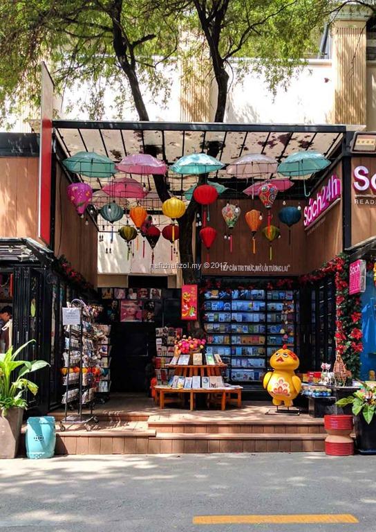 [famous+bookstore+saigon+vietnam%5B3%5D]