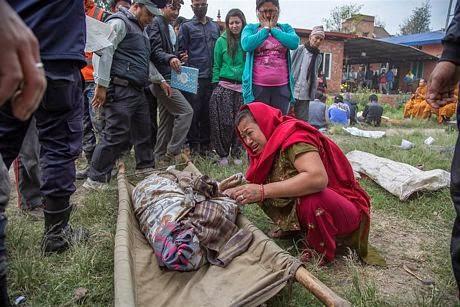 Mot phu nu tai Bhaktapur dau don vi mat nguoi than