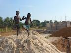 I bambini si divertono sui mucchi di sabbia ...