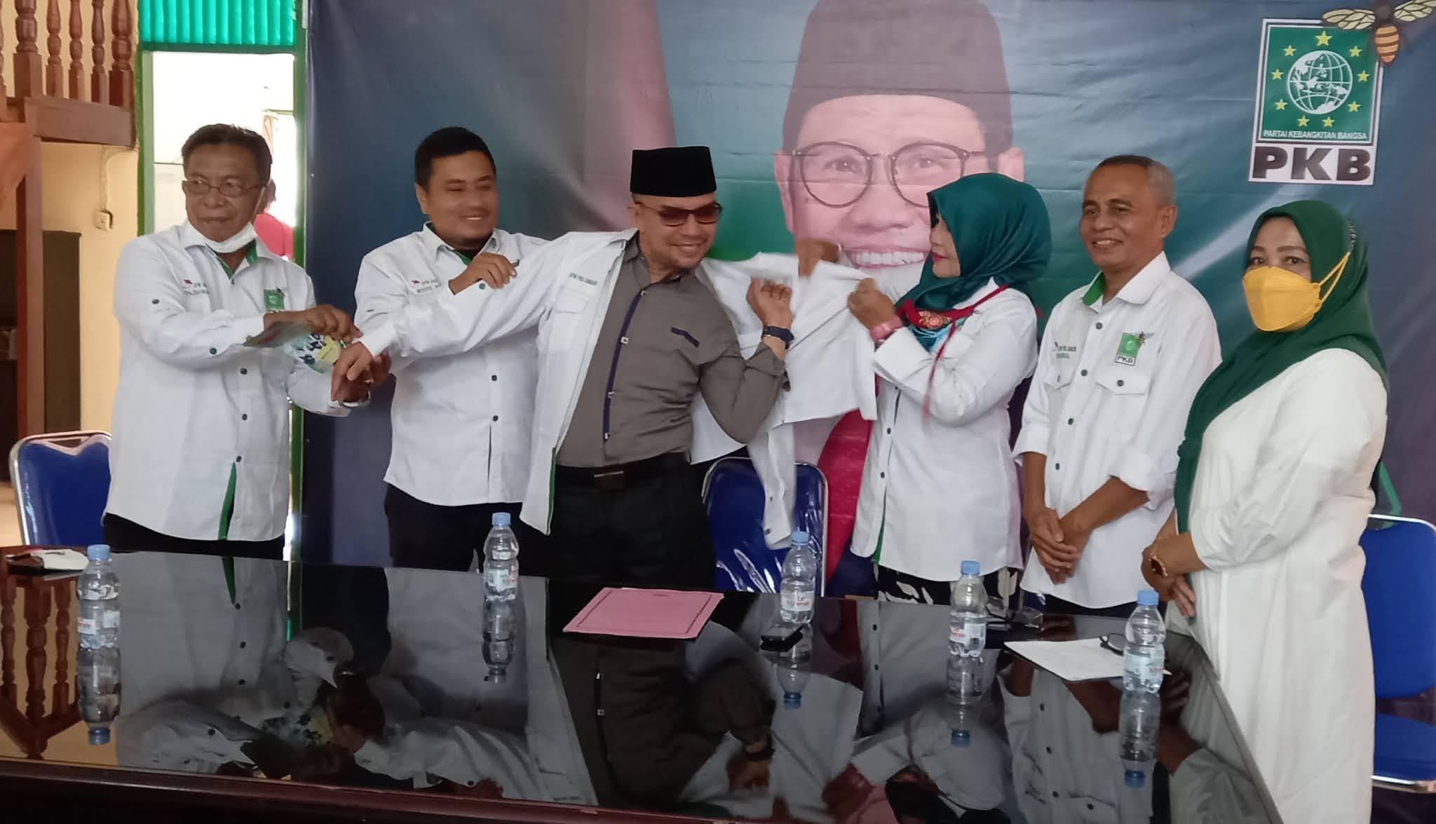 Dipasangkan Baju oleh Ketua Garda Bangsa Sumbar, H Martias Resmi Masuk PKB, Kader Tersenyum Sumringah