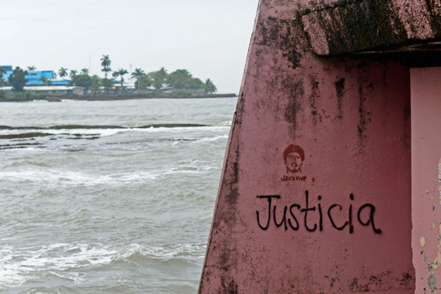 The word 'justice' accompanies graffiti depicting slain turtle conservationist Jairo Mora on a wall near the shore in Limón. Photo: Lindsay Fendt / The Tico Times