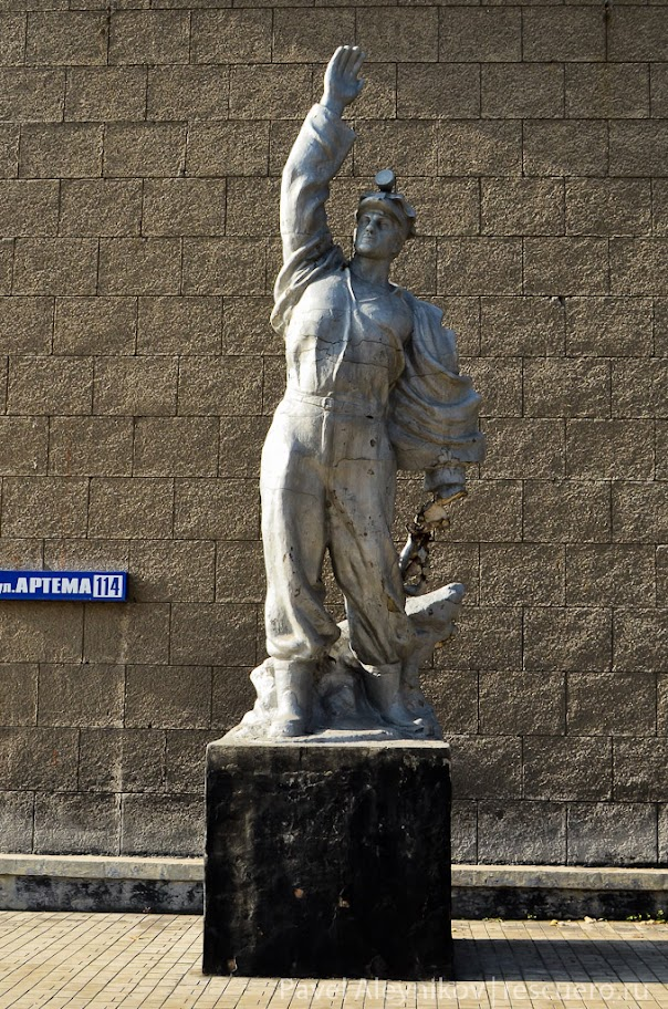 Скульптура у ДонУГИ