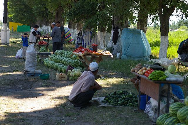 Marché paysan le long de la route entre Tokmok et Balykchy, 3 juillet 2006. Photo : J.-M. Gayman