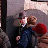 Oto polski agent. Ma kapelusz, płaszcz i różę