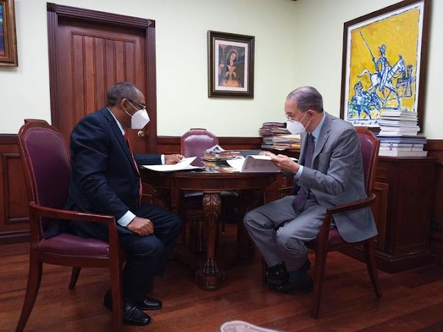 Titular Mescyt recibe Director General UASD Recinto Barahona
