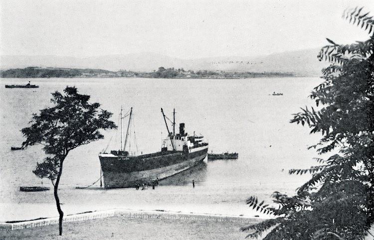 El SAN EMETERIO varado en la playa de La Magdalena. Del libro La Marina Cantabra. Desde el Vapor. Volumen III.jpg