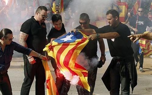 Ultraderechistas quemando la bandera independentista.