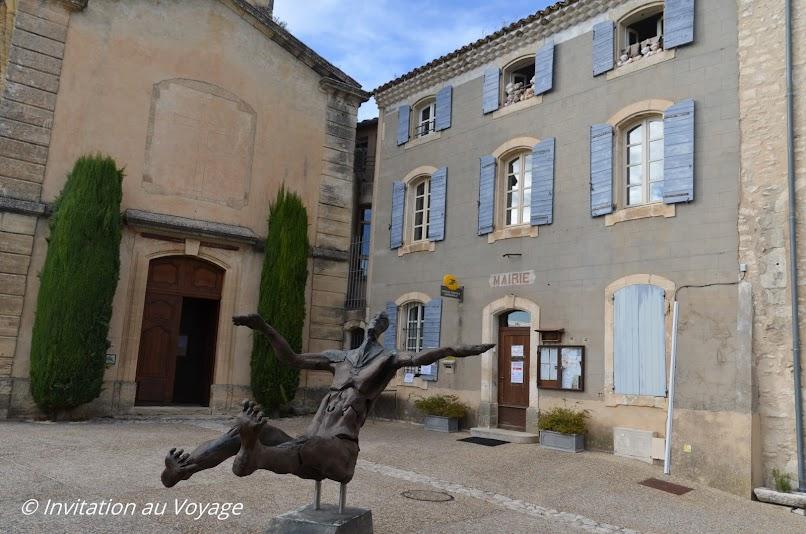 Monieux, mairie et église
