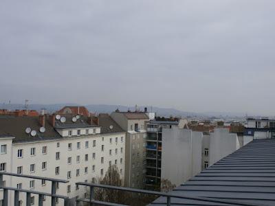 Das Wetter in Wien-Favoriten am 09.04.2015:  Es wird frühlingshaft und wärmer! Derzeit liegt noch eine hochnebelartige Bewölkung über der Stadt, die sich aber im Laufe des Tages auflösen wird und der Sonne Platz macht. Nach Frühwerten von 7.2°C wird es heute mit 15 Grad milder als an den Vortagen, derzeit liegt die aktuelle Temperatur bei 9 Grad. #wetter  #wien  #favoriten  #wetterwerte