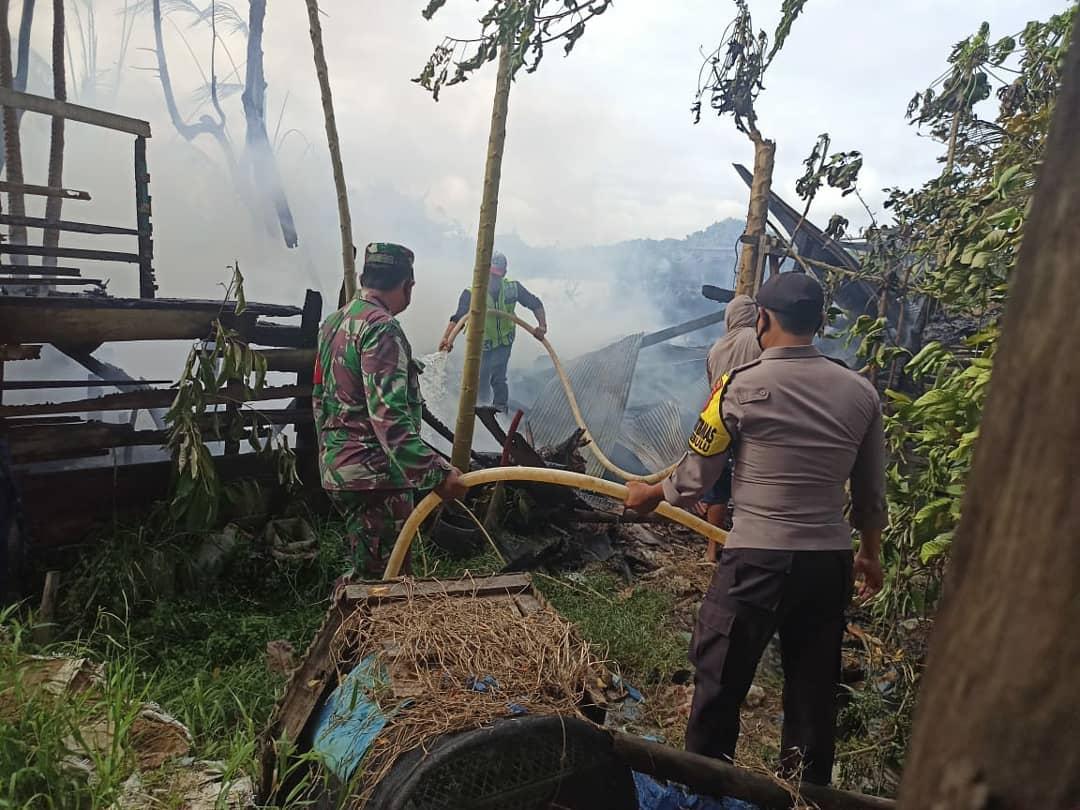 Babinsa Sebulu bersama Warga Bantu Padamkan Api Milik Rumah Pak Tongka