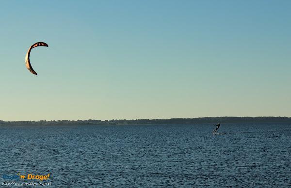 Kitesurfingowiec na zatoce puckiej