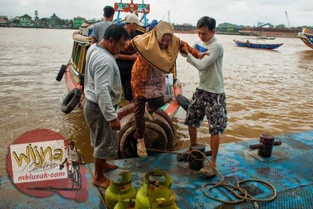 Aktivitas naik turun penumpang perahu yang berlayar di Sungai Musi di Kota Palembang, Sumatera Selatan