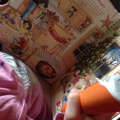 Kind schaut sich Tiptoi-Buch an