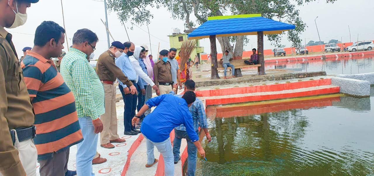 जगदीशपुर: डीएम व एसपी ने छठिया तालाब का किया निरीक्षण