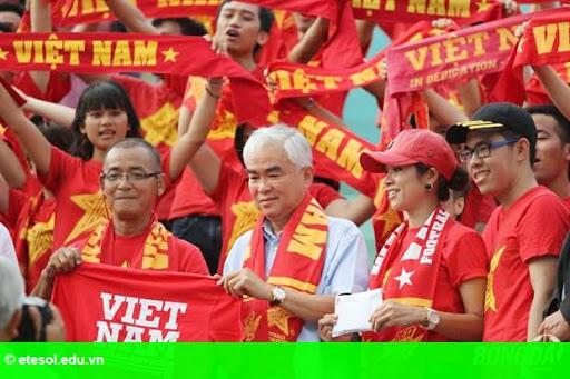 Hình 2: Chủ tịch VFF Lê Hùng Dũng tặng quà CĐV Việt Nam