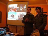 Martin a Hadzuki při prezentaci o Koreji.