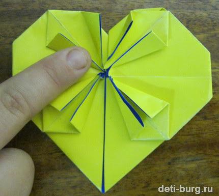 Переворачиваем оригами и загибаем уголки