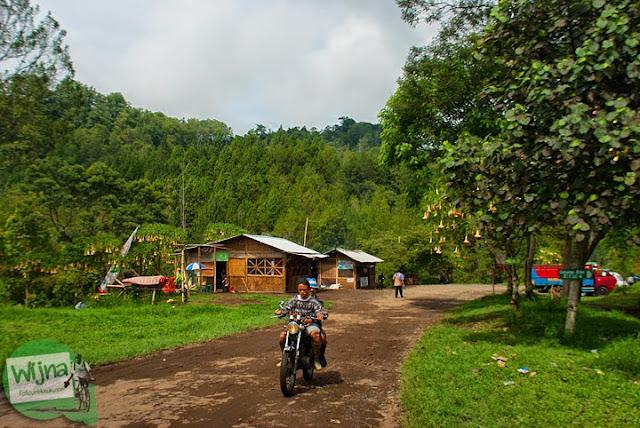 Suasana di dalam halaman kawasan wisata air terjun Coban Talun di Kota Batu