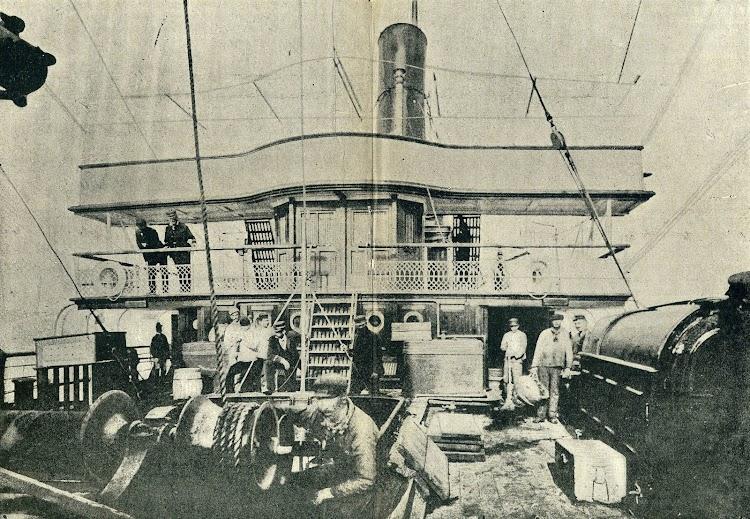 Esplendida foto de la superestructura delantera y puente de mando del ISLA DE MINDANAO. Foto de la REVISTA DE NAVEGACION Y COMERCIO. Año 1894.jpg
