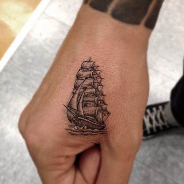 pequeno_navio_tatuagem_com_grande_detalhe