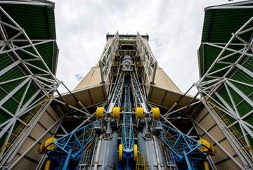 Sentinel 1B Ouverture des portes du portique, vue du lanceur