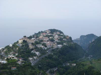 さらに高いところからの山あいの眺め