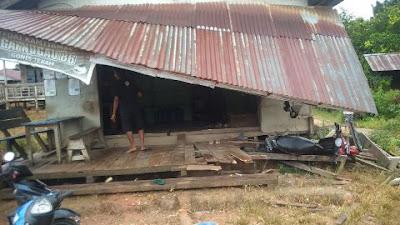 Wabup Subandrio Serahkan Bantuan untuk Warga yang Rumahnya Rusak Tertabrak Mobil