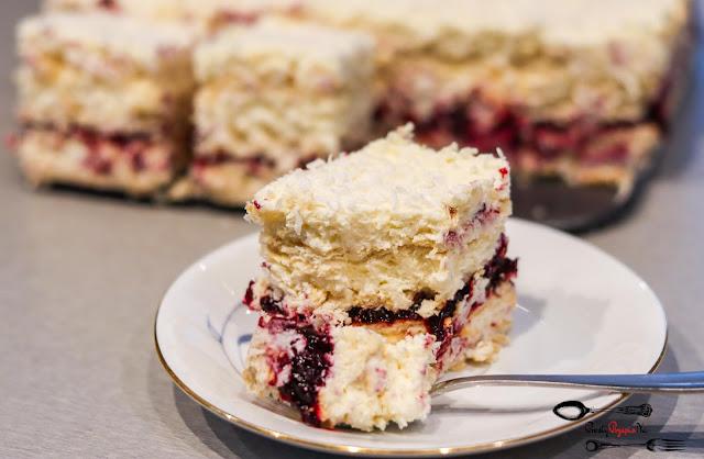 ciasta i desery,ciasta bez pieczenia,ciasto na herbatnikach,ciasto na imprezę,rafaello, ciasto z kokosem,ciasto z wiórkami kokosowymi,ciasto z dżemem,rafaello,