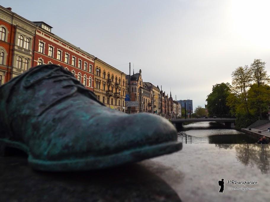 Gradom prolazi više kanala presječenih mostovima. Isto tako, umjetničke dekoracije mogu se pronaći na svakom koraku. Ova skulptura cipela je baš simpatična...