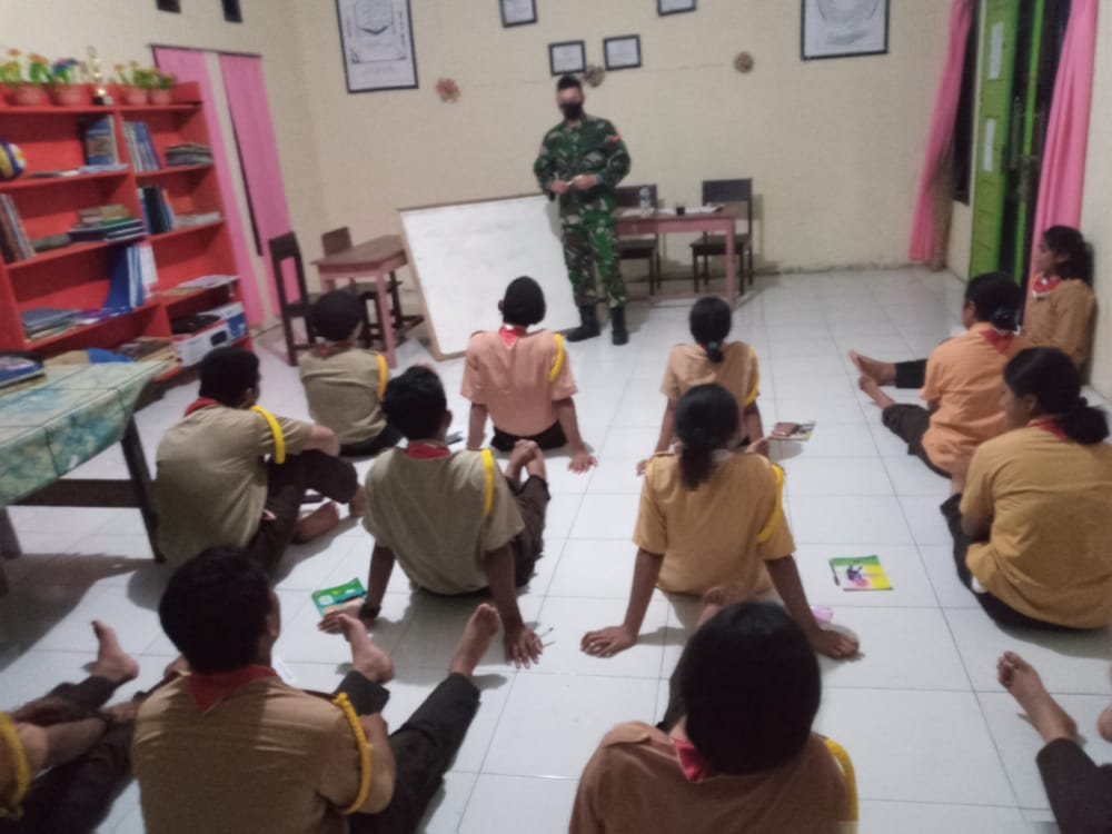 Satgas Yonarmed 9 Kostrad Berikan Materi Kepramukaan di SMAN 3 Desa Wayabula