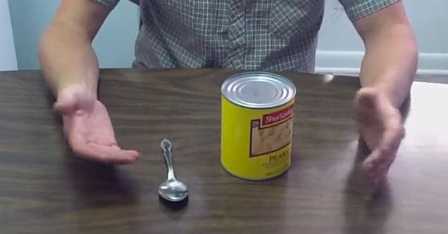 Tutorial para abrir uma lata com uma colher