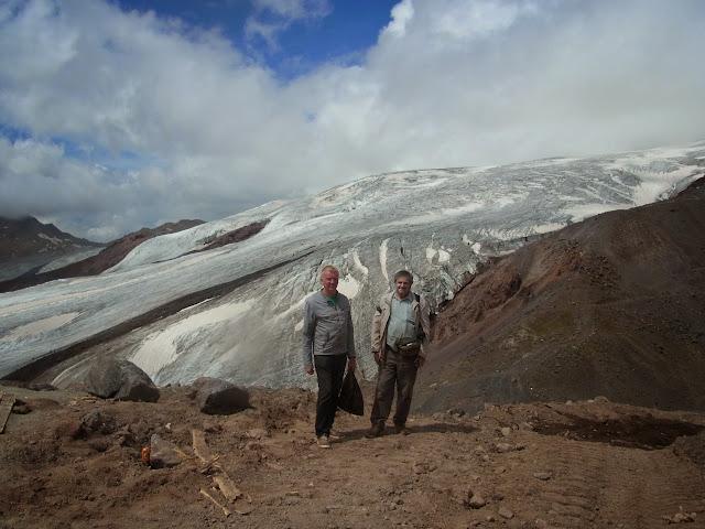 Yuri Berezhnoi et Jacques Marquet, à 3500 m, devant les glaciers du Mont Elbruz. Kabardino-Balkarie, 13 août 2014. Photo : J. Michel