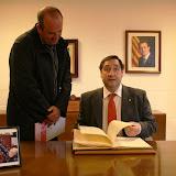 El conseller d'Agricultura, Josep M. Pelegrí, signa el llibre de visites del Mercat de Flor i Planta Ornamental de Catalunya.