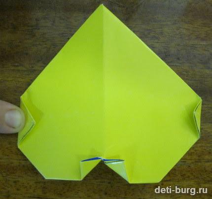 Переверните оригами и загните углы