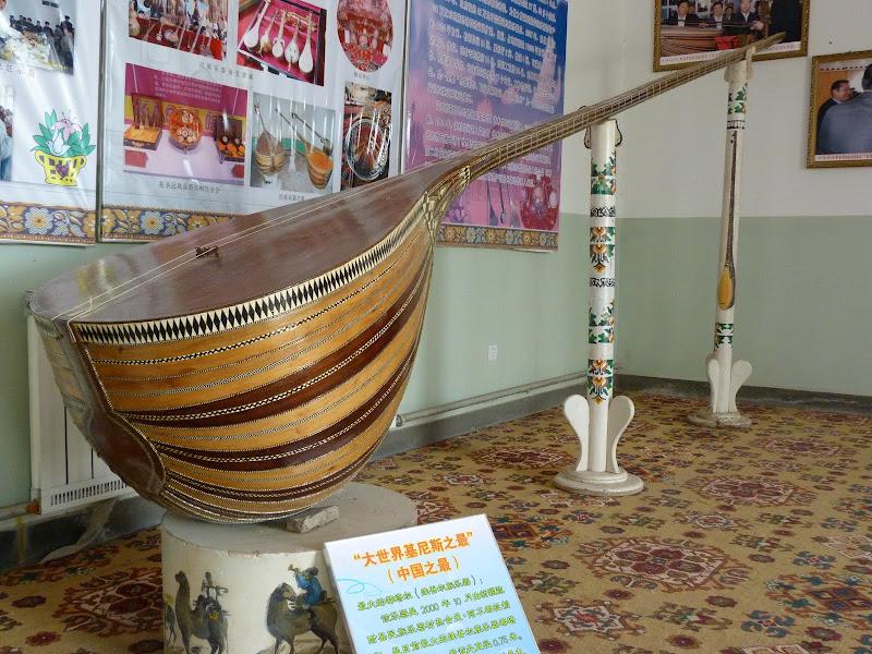 XINJIANG. Kasghar. Fabrique dinstruments de musique - P1280688.JPG