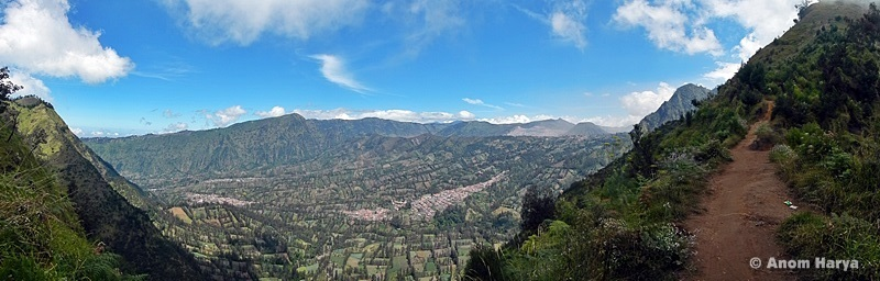 Pemandangan perkampungan & lahan pertanian warga suku Tengger dari atas bukit (Track 5CM)