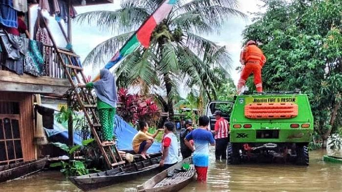 Tim Jhonlin Fire and Rescue hingga kini terus berjibaku di lapangan. Menggunakan sarana darat, air dan udara membantu warga yang terjebak banjir bandang.