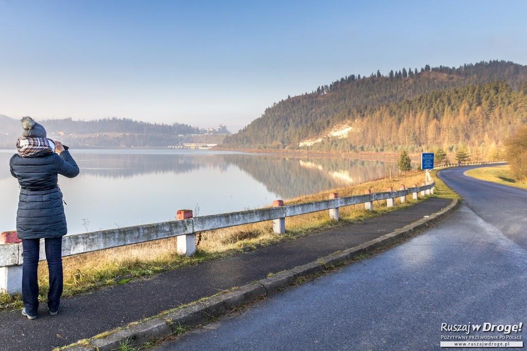 Jezioro Sromowskie, tama i zamek w Niedzicy w tle
