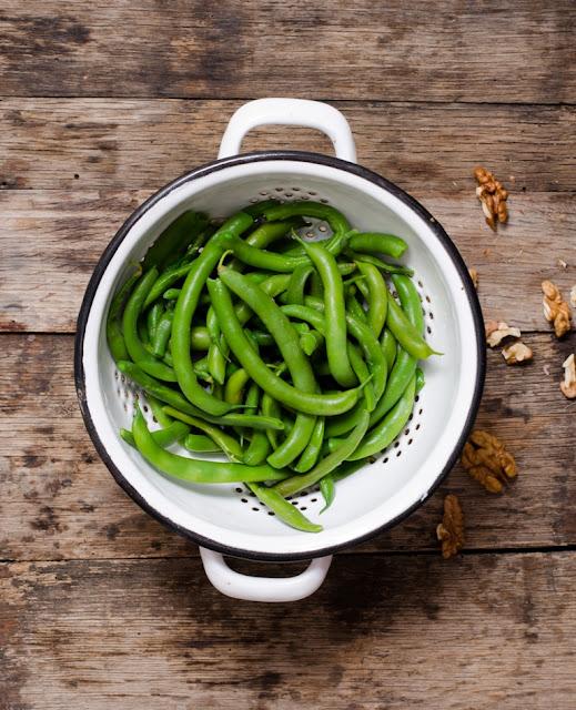 Salata de fasole verde cu sos tahini si nuci