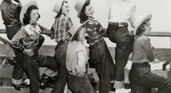 Mujeres en un rodeo con jeans vaqueros