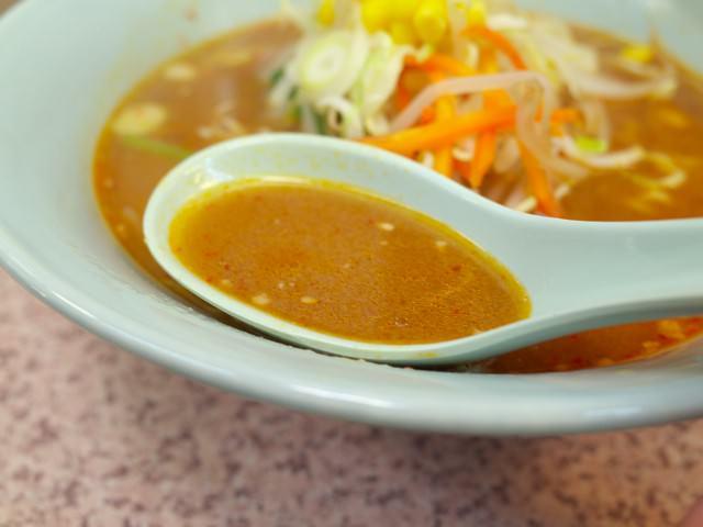 味噌ラーメンのスープをレンゲですくってみた