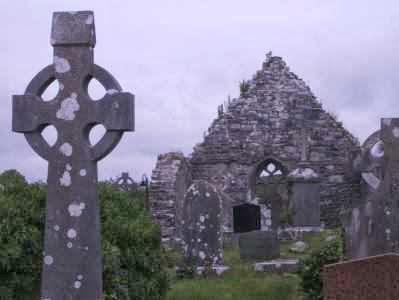 Kathedral-Ruinen in Aghagower mit irischem Kreuz bei Westport, Irland