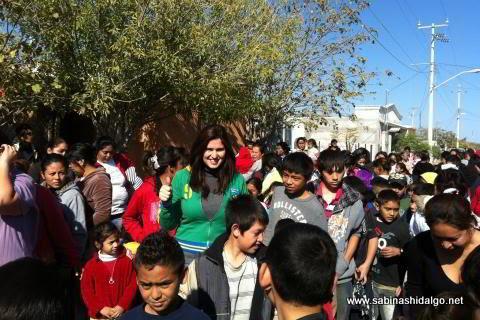 Diputada Martha de los Santos entregando apoyos en su distrito
