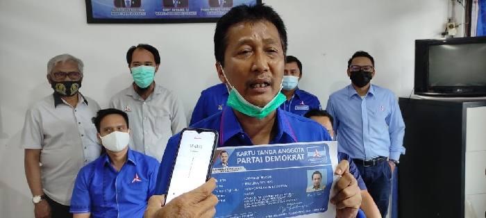 Ketua DPC Demokrat Banjarmasin Bambang Yanto Permono mengumumkan secara resmi Ibnu Sina bergabung menjadi kader Partai Demokrat, Rabu (13/1/2020).