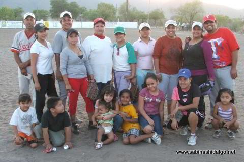Equipo Sertoma de softbol femenil en el campo del mismo Club