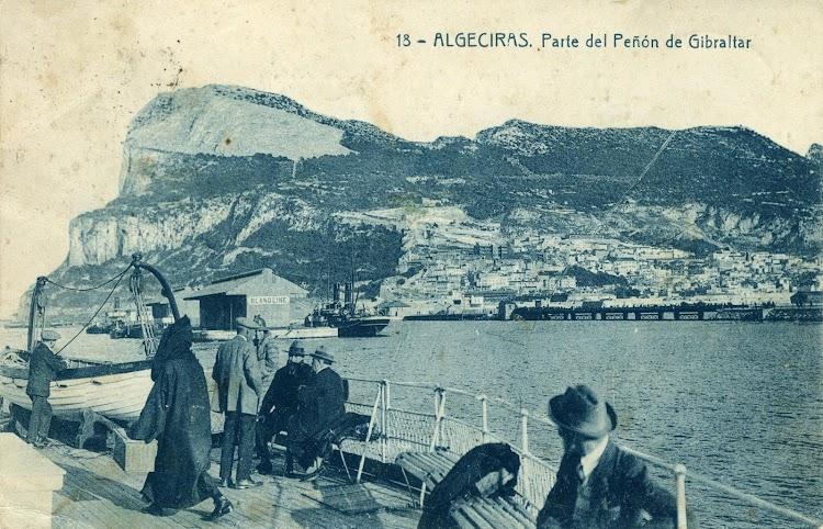 Cubierta de popa del ALINE saliendo de Gibraltar. Se aprecia la terminal de viajeros de Bland Line en donde esta atracado el vapor a paletas GIBEL MUSA. Postal.JPG